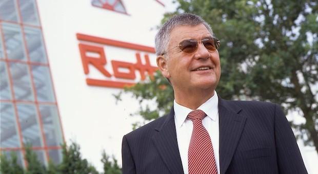 Manfred Roth vor seiner Firmenzentrale in Dautphetal