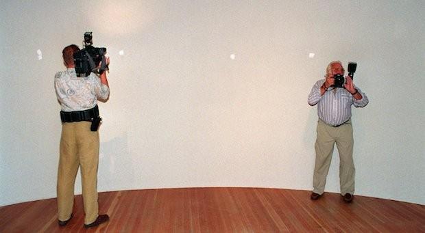 Ein Kameramann und ein Fotografen nehmen 1994 in der Frankfurter Schirn die leere Wand auf, an der zwei Gemälde von William Turner hingen.