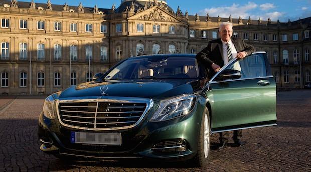 Kann sich über den Investorentrend freuen: Baden-Württembergs Ministerpräsident Winfried Kretschmann (mit seinem Hybrid Dienstwagen)