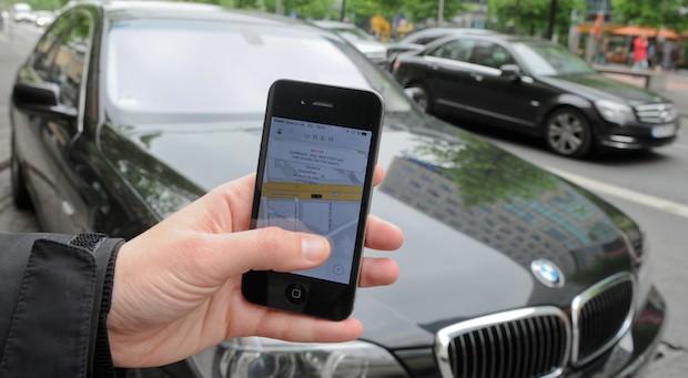Über eine App im Smartphone vermittelt Uber in vielen Ländern Fahrten - und macht Taxis damit Konkurrenz.
