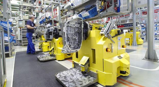 Montage eines 8-Gang-Automatgetriebes beim Automobilzulieferer ZF Friedrichshafen
