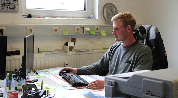 """Papierkram nach der Arbeit. """"Er nimmt enorme Abstriche in Kauf"""", sagt Geschäftspartner und Stiefvater Joachim Sommaro über den Jununternehmer"""