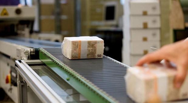 Fertig zur Auslieferung: Ein Banknotenbündel wurde nach dem Druck bei Giesecke & Devrient in Folie verschweißt.