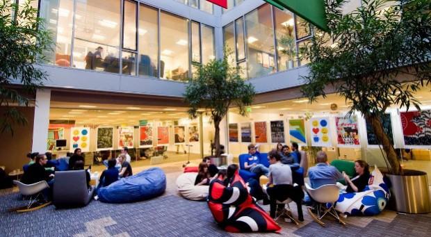 Bunt ist die Einrichtung des Google-Zentrale in Dublin. Die Mitarbeiter treffen sich zu Besprechungen im Innenhof auf Sitzsäcken.