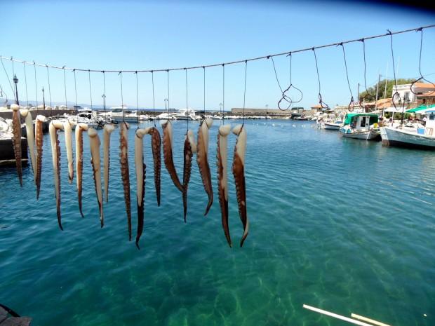 Ein Hafen in Griechenland: Die Nachfrage nach einem Urlaub auf Kreta oder anderem griechischen Inseln ist zuletzt deutlich gestiegen.