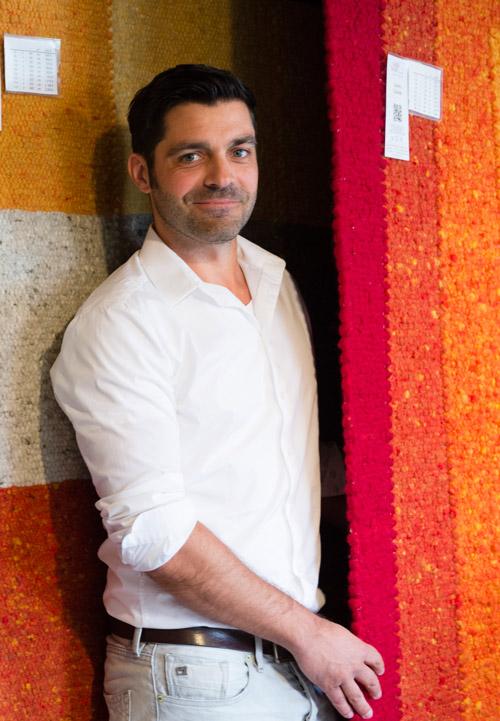 Teja Habbishaw hat als Entwicklungshelfer gearbeitet - jetzt steht sein Schreibtisch in einer Scheune.