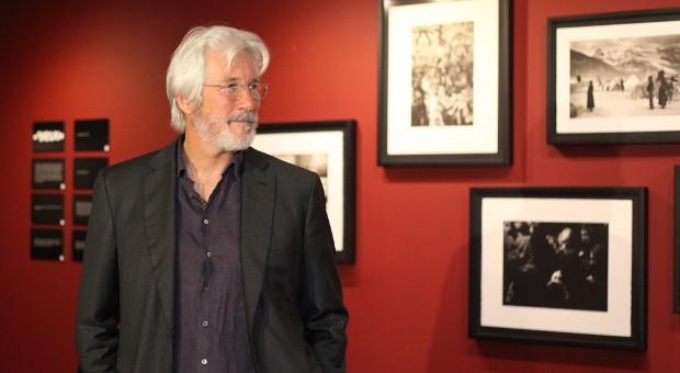 Richard Gere vor Fotos, die er in Indien, Tibet und der Mongolei gemacht hat