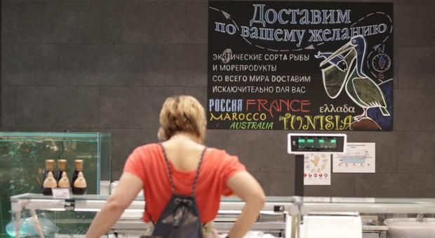 Eine Kundin eines Supermarkts in Moskau: Die 28 EU-Staaten, die USA, Australien, Kanada und Norwegen dürfen seit August kein Fleisch, keine Milchprodukte, kein Obst, Gemüse und Fisch einführen.