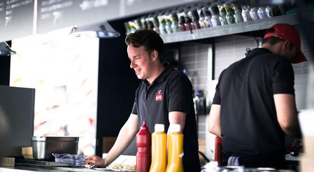 """Claudio Pekrun, einer der beiden Gründer von """"The Big Balmy"""": In ihrem Food Truck braten sie Burger - mittags bei Unternehmen und abends auf Veranstaltungen."""