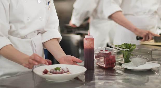 Die Zahl der Koch-Lehrlinge hat sich  deutschlandweit in den vergangenen acht Jahren fast halbiert. Bei jungen Männern ist der Beruf aber nach wie vor unter den Top Ten.
