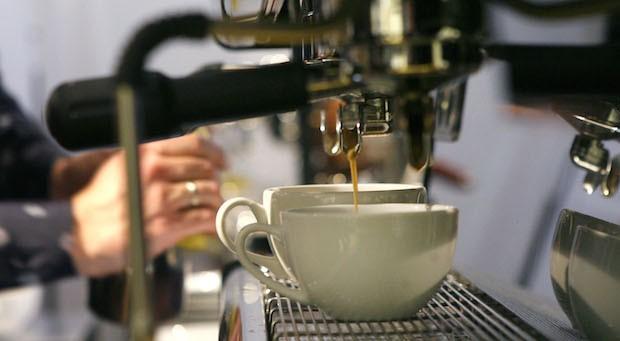 Arbeit statt Feizeit: Immer mehr Deutsche jobben neben der regulären Arbeit beispielsweise in Cafés