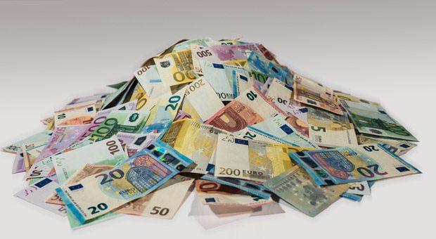 Schneller Geld in der Kasse - das ist der große Vorteil von Factoring. Der Preis für schnelle Liquidität ist vergleichsweise gering. Doch die Finanzierungsmethode kommt nicht für jedes Unternehmen in Frage.