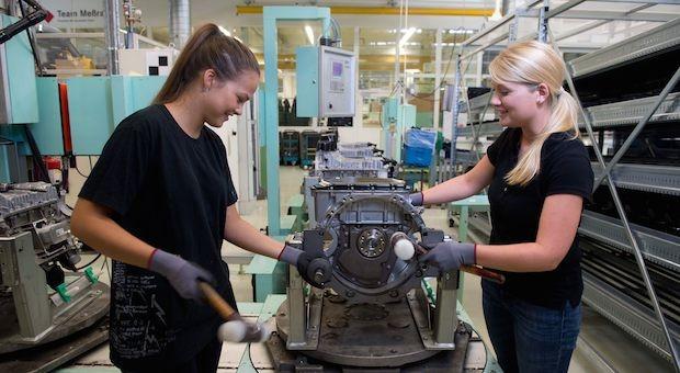 Die Studentinnen Maj-Britt (l.) und Lisa im Daimler-Motorenwerk in Stuttgart