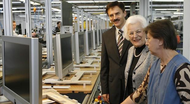 Unternehmerin Helene Metz (m.) und Geschäftsführer Norbert Kotzbauer in einem ihrer Produktionswerke im mittelfränkischen Zirndorf