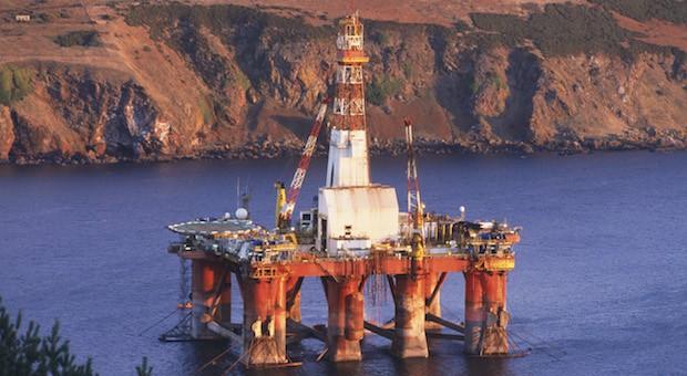Eine Ölplattform vor der schottischen Küste.