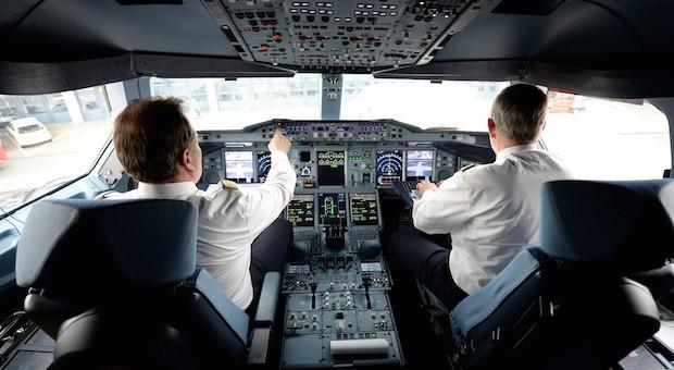 Zwei Piloten der Lufthansa bei der Arbeit