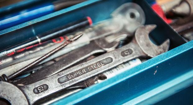 Die falschen Werkzeuge: Für die SEO-Analyse brauchen wir nicht Schraubenschlüssel und  Bohrer, sondern Sistrix, Onpage.org und Google Webmaster Tools.