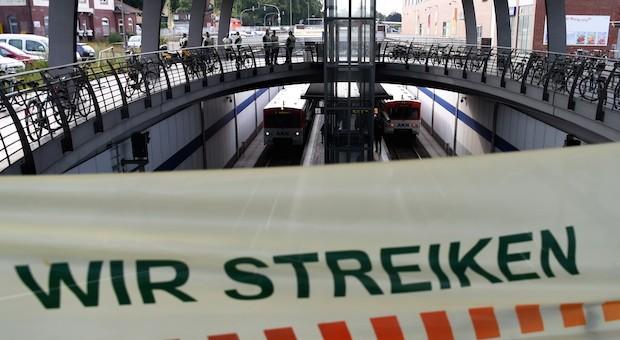 Ein Streikplakat der GDL im Bahnhof von Kaltenkirchen, Schleswig-Holstein