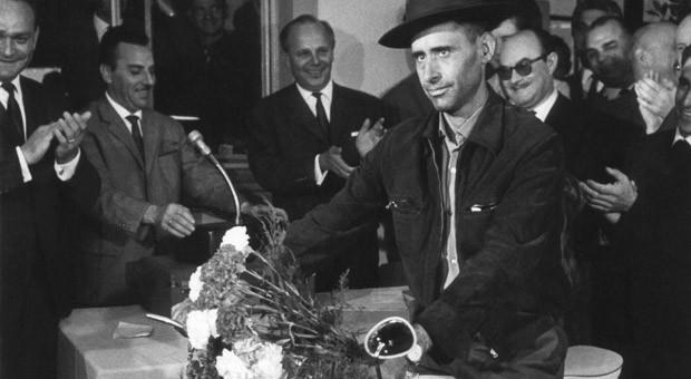 Der millionste Gastarbeiter Armando Rodrigues: zur Begrüßung erhielt er am Bahnhof in Köln-Deutz ein Moped.