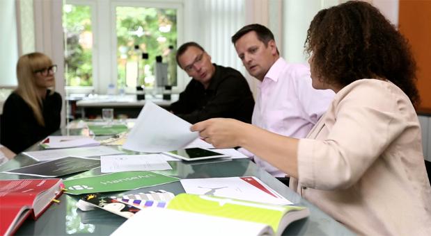 Das Team von HanseArt: (v.l.) Jennifer Beyer (Design), Knut Rieniets (Geschäftsführung, Art Direction), Ralph Engler (Geschäftsführung, Creative Direction) und Amy Schmitz (Projektmanagement). © HanseArt