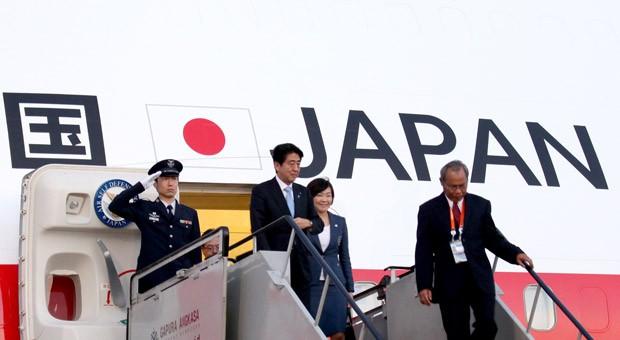 Japans Regierungschef Shinzo Abe (2. v. l.): Seine Politik aus lockerer Geldpolitik und Konjunkturspritzen hatte die Gewinne der Unternehmen zunächst deutlich steigen lassen.