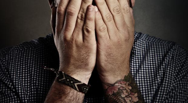 Dürfen Männer auf der Arbeit Tattoos tragen?