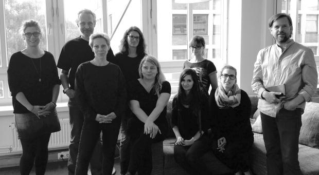 Das Team der Schipper Company: (hinten v.l.) Sarah Basten (Senior Art Director), Michael Schipper (Geschäftsführer), Gesche Reinecke (Reinzeichnung), Daria Deya-Ulrich (Junior Art Director) sowie (vorne v.l.) Friederike Schlosshauer (Geschäftsleitung), Kristin Happel-Gnangui (Senior Copy Writer), Stefanie Prüsch (Junior Art Director), Svenja Stodtmeister (Senior Art Director) und Dr. Tillman Bardt (Client Service Director). ©  Schipper Company
