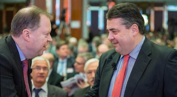 Bundeswirtschaftsminister Sigmar Gabriel (SPD) und der Chef des deutschen Stromversorgers RWE, Peter Terium (l), begrüßen sich auf einer Tagung im Januar in Berlin.
