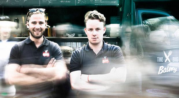 "Die beiden Gründer des Burger-Trucks ""The Big Balmy"", Nikolaj de Lousanoff (31) und Claudio Pekrun (27)."