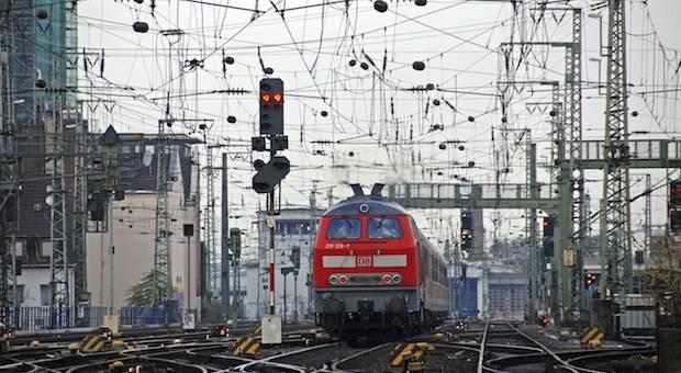 Ein Regionalzug bei der Einfahrt in den Kölner Hauptbahnhof