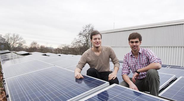 Felix Schäfer und Studienkollege Nicolai Ferchl auf dem Dach der Pädagogischen Hochschule in Heidelberg