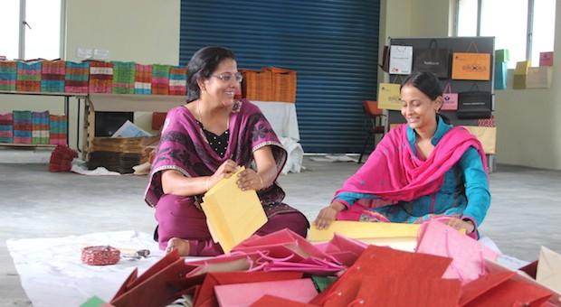 Die beiden Jungunternehmerinnen Jonnalagadda Madhavi (l) und Sireesha Vasireddy in ihrer Fabrik im indischen Hyderabad.