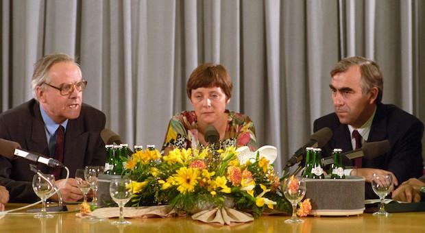Lange ist's her: Die Nachzahlungszinsen liegen seit 1990 bei 6 Prozent - damals war Angela Merkel noch stellvertretende Sprecherin der DDR-Regierung. Im Bild mit dem damaligen Bundesfinanzminister Theo Waigel (CSU, r) und DDR-Finanzminister Walter Romberg