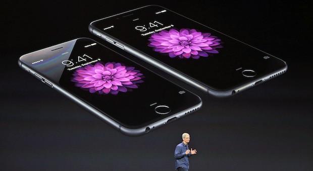 Apple-Chef Tim Cook bei der Vorstellung der neuen iPhone-Modelle 6 (links) und 6 plus.