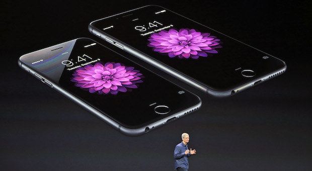 Apple-Chef Tim Cook mit den neuen iPhone-Modellen 6 (links) und 6 plus.