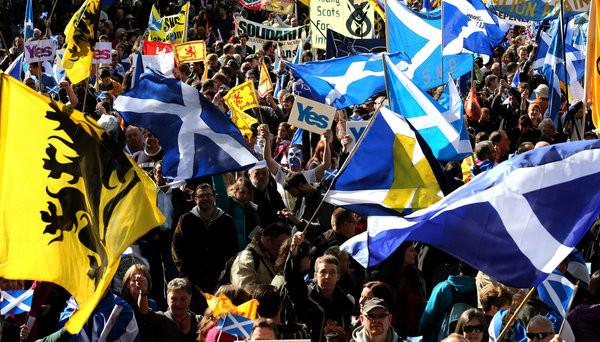 Menschen demonstrieren in Edinburgh für die Unabhängigkeit Schottlands.