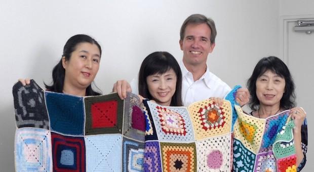 Der in Japan lebende Deutsche Bernd Kestler zusammen mit drei Helferinnen in Yokohama.