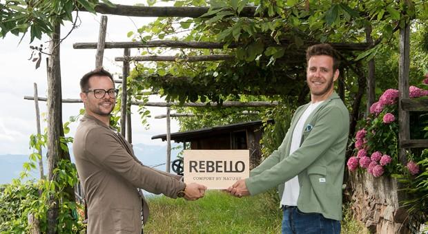 Ökorebellen: Emanuele Bacchin (links) und Daniel Tocca produzieren in Bozen T-Shirts aus innovativen Fasern.