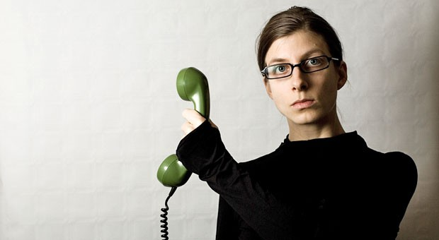Die Sekretärin ist oft die erste Hürde bei der Telefonakquise. Mit Freundlichkeit kommt man hier oft weiter als mit Dreistigkeit.