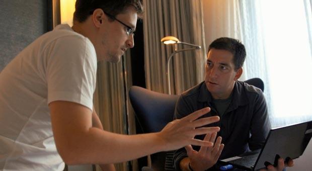Edward Snowden und Enthüllungs-Journalist Glenn Greenwald in einem Hotelzimmer in Hongkong.
