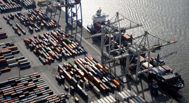 Luftbild vom Hamburger Hafen: Deutsche Unternehmen schätzten im Oktober sowohl ihre aktuelle Lage als auch ihre Zukunftsaussichten schlechter ein.