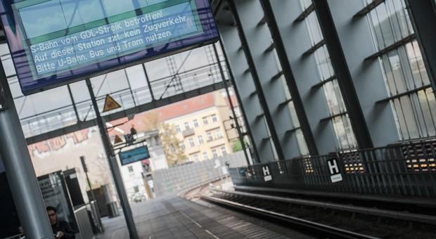 Eine Anzeigetafel am Bahnhof Ostkreuz in Berlin: Auch am Samstag und Sonntag werden die Streiks der Lokführer für zahlreiche Zugausfälle sorgen.