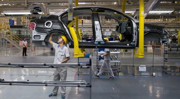 Arbeiter fertigen im Werk in Chengdu Volkswagen-Fahrzeuge vom Typ Jetta.