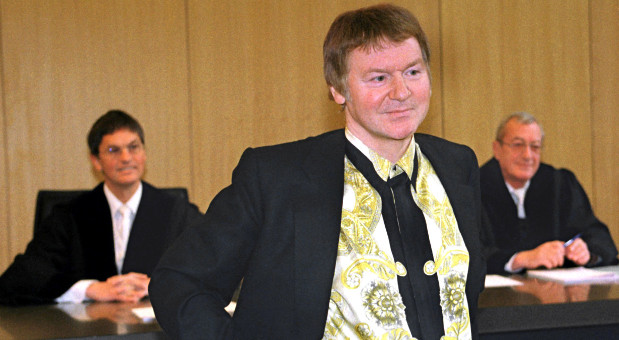 Der medienscheue Unternehmer Anton Schlecker posierte 1999 im Landgericht Ulm für die Fotografen. Er sagte als Zeuge im Prozess um die Entführung seiner beiden Kinder im Jahr 1987 aus. Die Angeklagten hatten laut Anklage damals 9,6 Millionen Mark von dem Unternehmer erpresst.