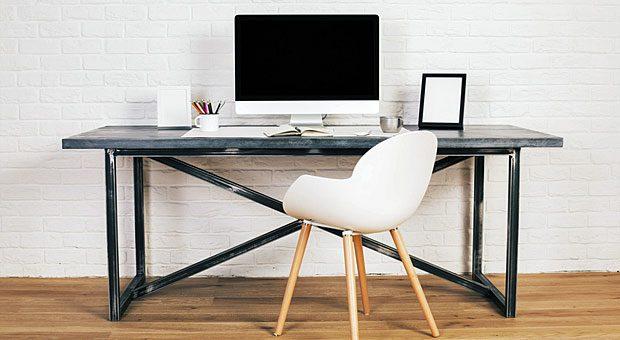 Dieses Büro sieht zwar schön aus, die Ergonomie kommt aber zu kurz: Der Schreibtisch ist nicht höhenverstellbar, der Stuhl hat keine Armlehnen und keine flexible Rückenlehne.