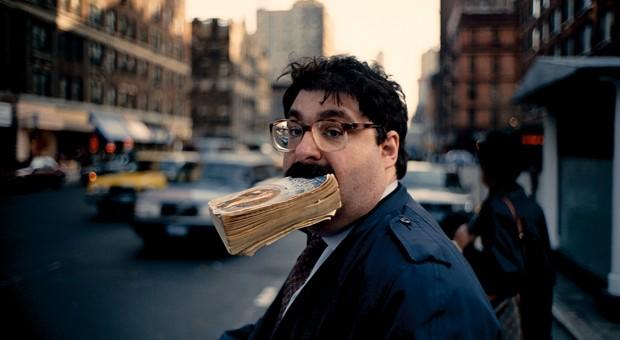 """Das Foto """"Sidewalk"""" von Jeff Mermelstein ist in der Hamburger Leica-Ausstellung zu sehen."""