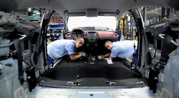 Viele Autobauer - unser Foto zeigt Arbeiter in einem Opel-Werk - drosseln ihre Produktion für Russland.