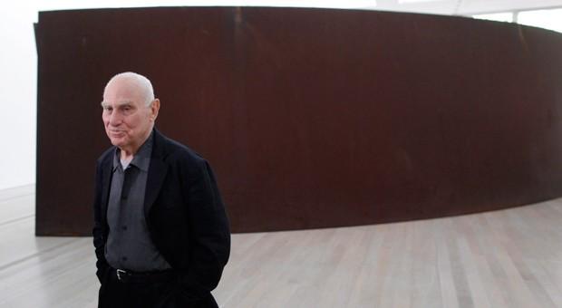 """Wird 75: der Künstler Richard Serra. Im Hintergrund ist seine Skulptur  """"Olson"""" zu sehen."""