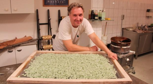Hjalmar Stecher ist der letzte Bonbonmacher Berlins. Gemeinsam mit Katja Kolbe führt er die Bonbonmacherei in der Oranienburger Straße.
