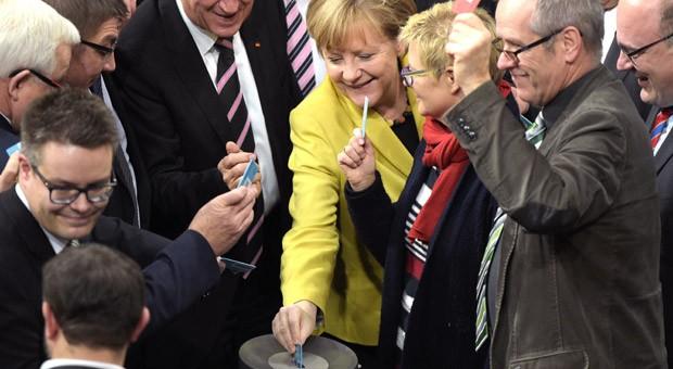 Bundeskanzlerin Angela Merkel (CDU, gab am Freitagmittag im Bundestag ihre Stimme zum Haushalt 2015 ab.